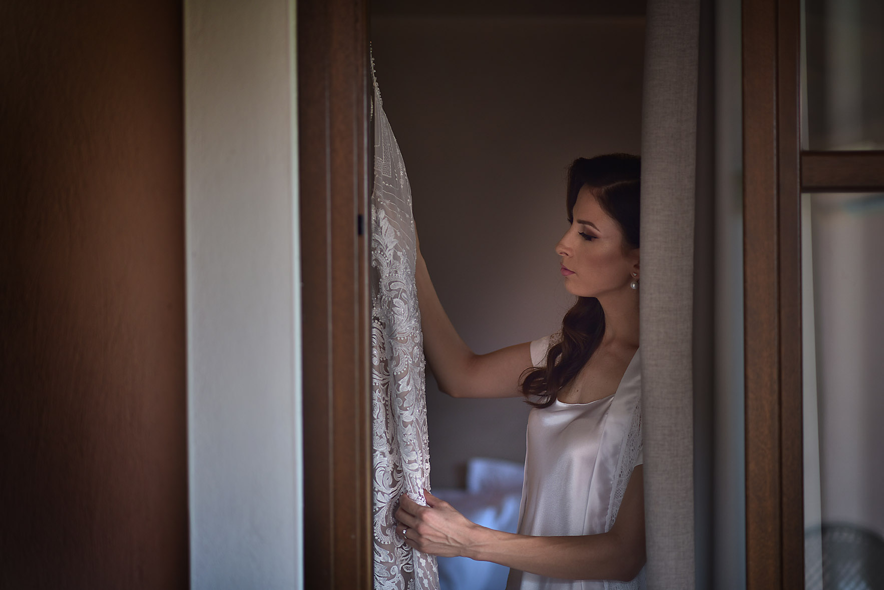 bride-dress-preparation-limni-plastira-hotel-kazarma-wedding-karditsa-04
