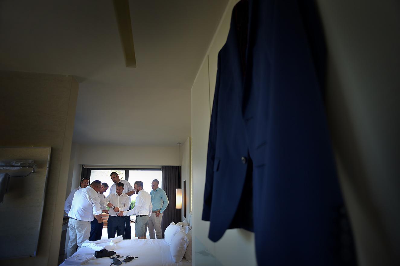 groom-preparation-gettin-ready-hotel-olympus-cavo-04