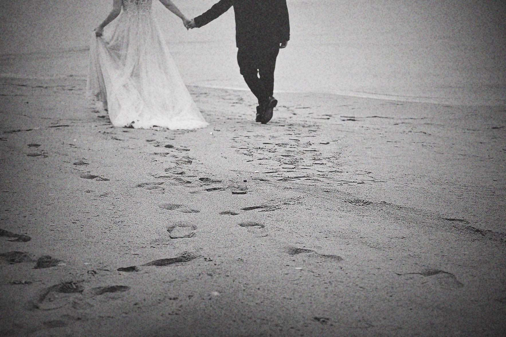 walking-sea-love-for-wedding-bnw-photography-01