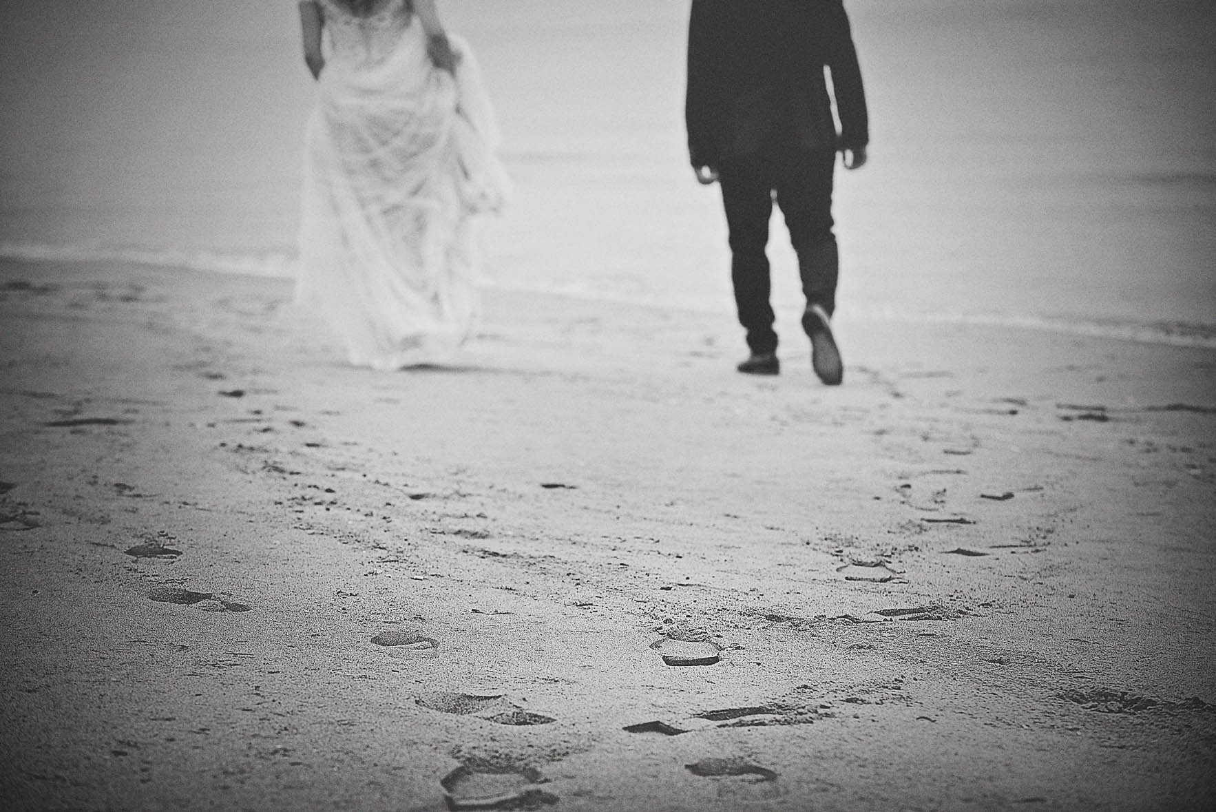 walking-sea-love-for-wedding-bnw-photography